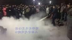 学生被老师拎灭火器制裁